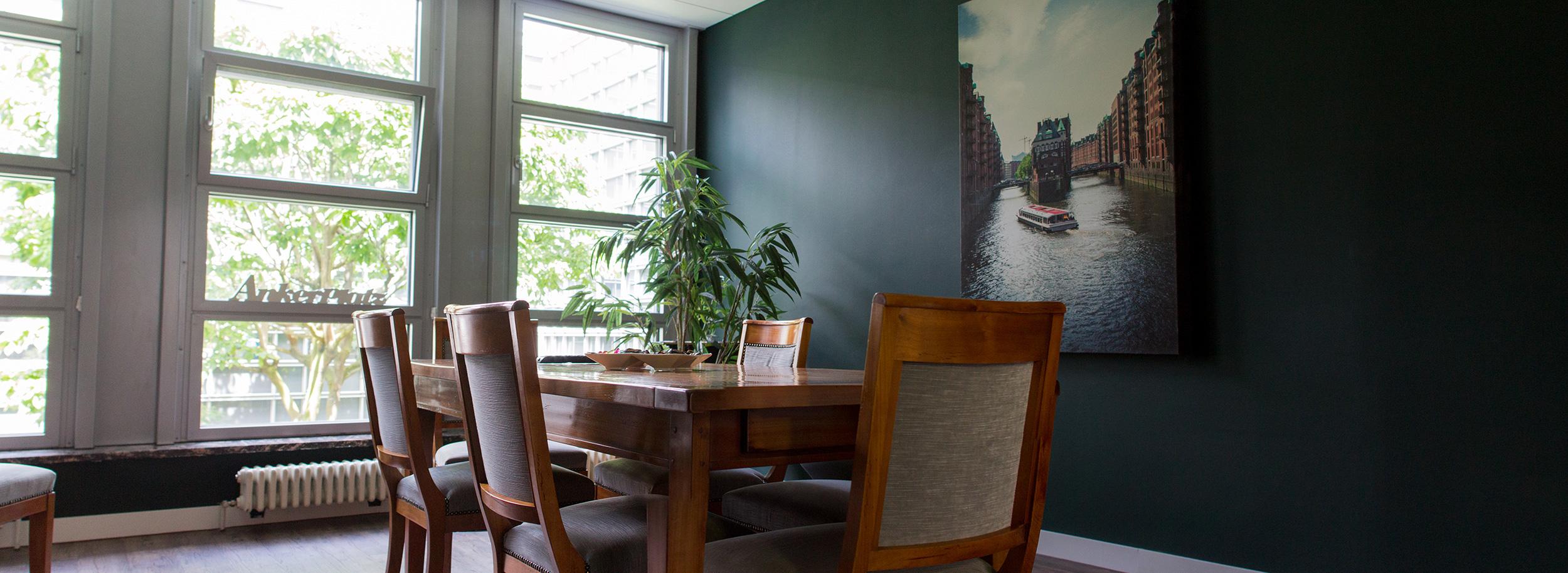 ber uns. Black Bedroom Furniture Sets. Home Design Ideas